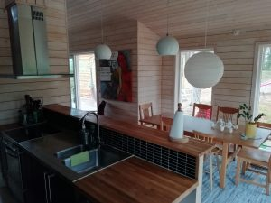 Essbereich: moderne Küche, großer Esstisch für maximal 8 Personen. Durch die großen Fenster und hohe Decken sehr heller Raum.