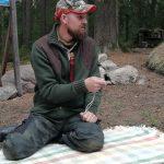 Jonas, von Jonas Vildmark, erklärt die Grundlagen zum Feuer machen. Auch ohne Streichholz.
